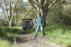 Moses überprüft die Tiefe eines Schlammlochs (Solio Reservat, Kenia)