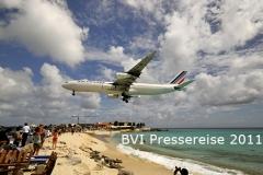Spektakulärer Landeanflug auf St. Maarten, Niederlande, von einer Beach Bar kann man im 15 Minuetntakt die Landeanflüge bei einem Cocktail beobachten