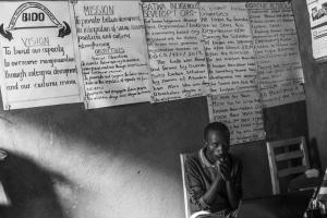 Menschen im Umkreis der Nationalparks - Büro einer Vertretung der Batwa, Uganda